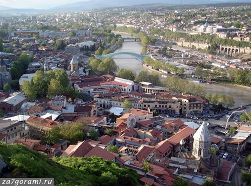 Вид на стеклянный мост в Тбилиси