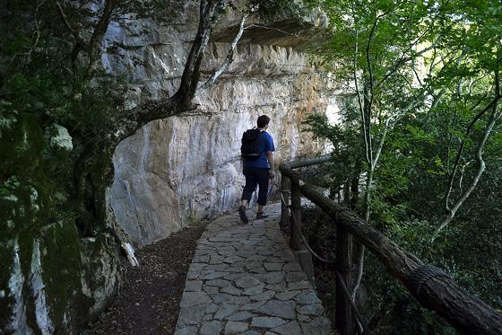 подход к пещерам сатаплия