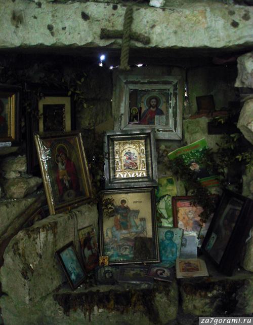 Алтарь в развалинах храма на горе Джегета