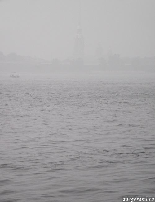 Смог в Петербурге. Вид на Петропавловскую крепость с Дворцовой набережной