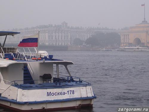 Смог в Петербурге. Вид на Эрмитаж с Университетской набережной