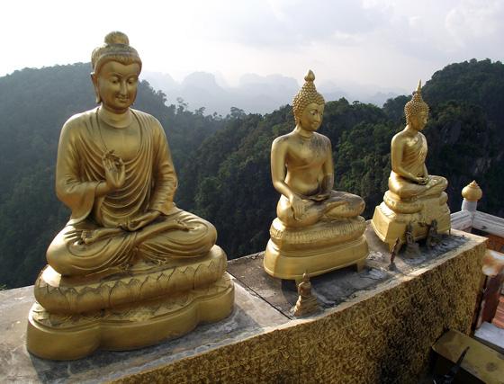 Статуи на вершине горы недалеко от Краби