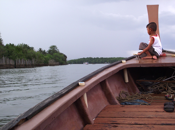 тайские мальчик на носу лодки