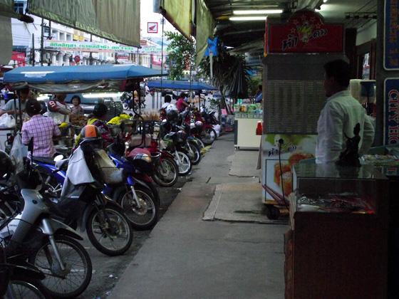 байки. типичная картина для таиланда
