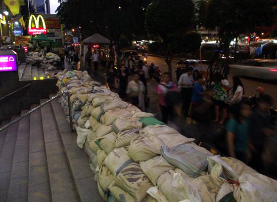 ожидание наводнения, мешки с землёй, Бангкок