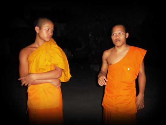 молодые буддийские монахи