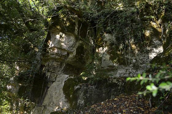 скалы на холме над гелати