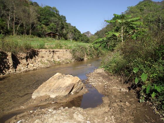 Река, ведущая к водопаду Mae Yen Waterfall