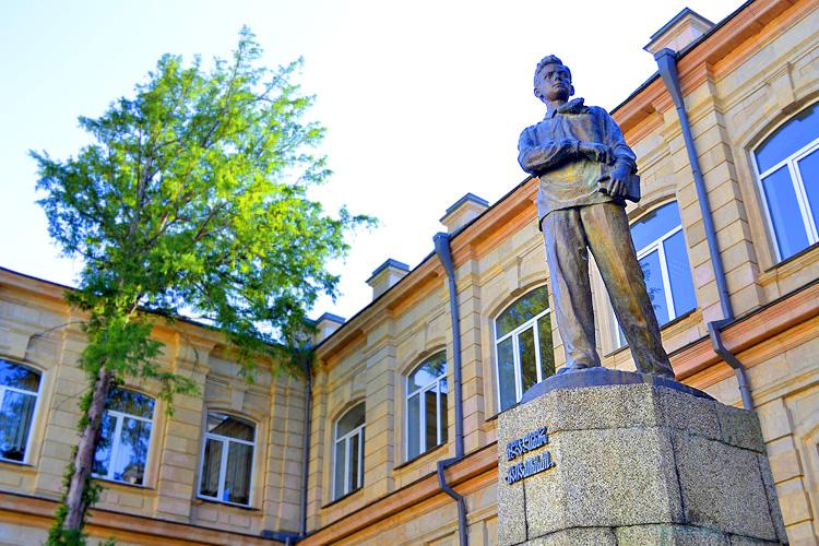 памятник владимиру маяковскому в грузии