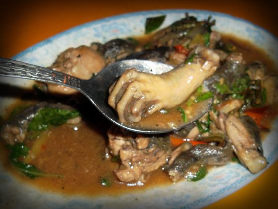 питание в лаосе, тушеная лягушка в кафе в луанг-намте
