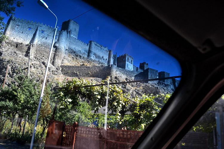Крепость Хертвиси из окна маршрутки Вардзия - Ахалцихе