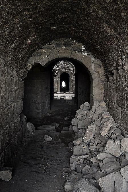 внутри башни диярбакырской крепости