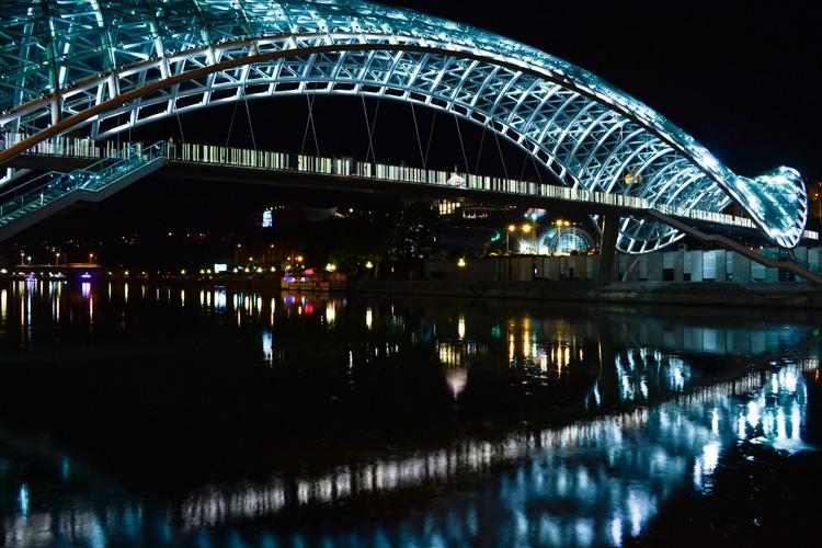Мост Мира ночью, Тбилиси