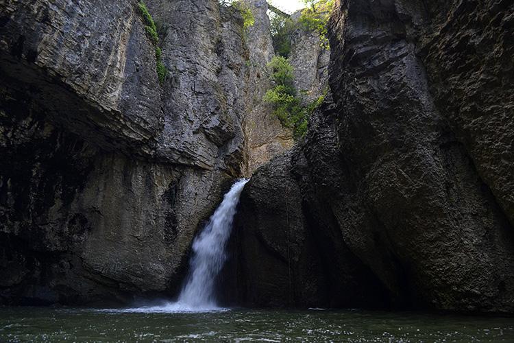 водопад к еменском каньоне