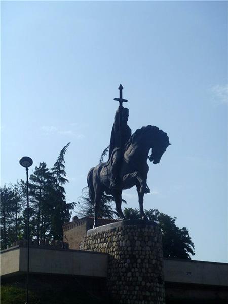 Памятник Ираклию Второму в Телави