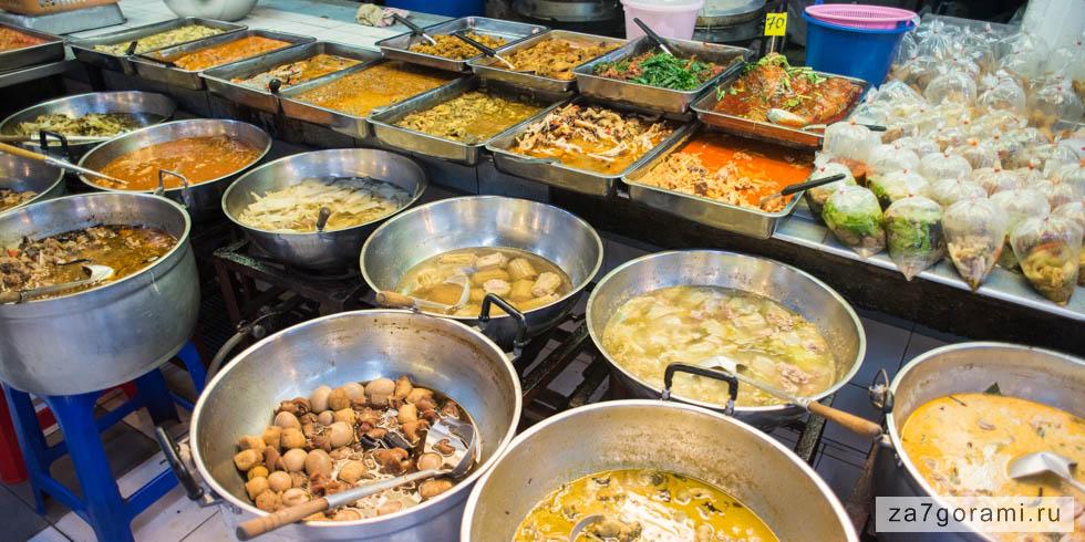 Готовая еда на рынке в Бангкоке