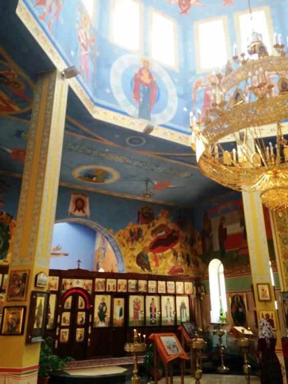 Внутри православного храма в Грозном