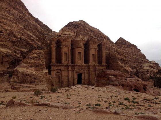 Монастырь, к нему 800 ступений подъема